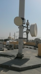 Camouflage antenna site with microwave links